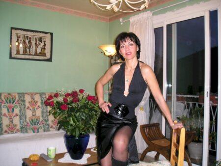 Femme coquine autoritaire pour gars docile