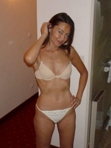 Femme libertine asiatique autoritaire pour coquin soumis